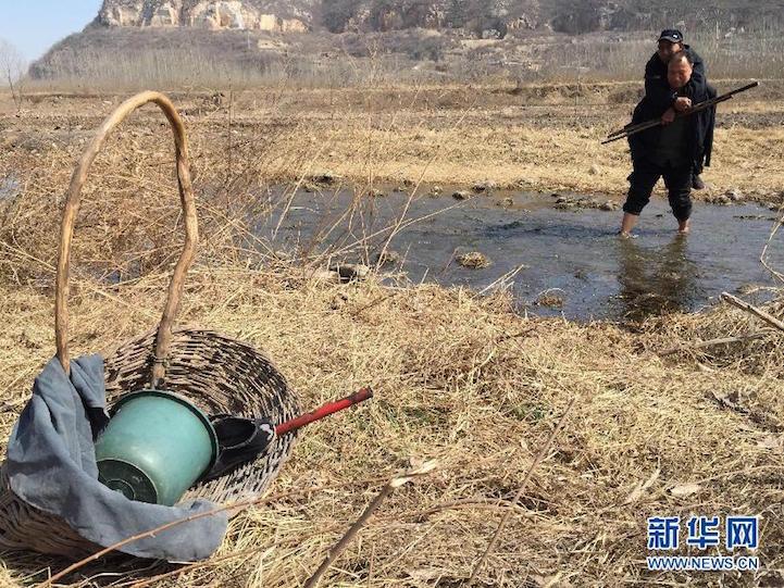 Haixia jest niewidomy, Wenqi nie ma obu rąk. Razem zasadzili ponad 10.000 drzew!